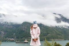 mulher que olha o lago nas montanhas imagens de stock royalty free