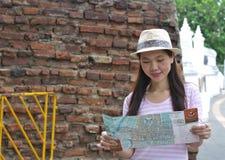 Mulher que olha o mapa Fotos de Stock