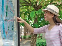 Mulher que olha o mapa Fotografia de Stock Royalty Free
