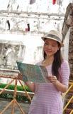 Mulher que olha o mapa Imagens de Stock Royalty Free