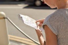 Mulher que olha o mapa da cidade fotografia de stock royalty free