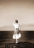 Mulher que olha o mar Fotografia de Stock