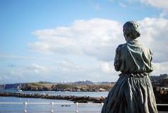 Mulher que olha o mar nas Astúrias, Espanha fotografia de stock