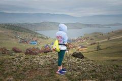 Mulher que olha o passo pequeno do mar do Lago Baikal Sibéria, Rússia fotografia de stock