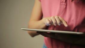Mulher que olha o tablet pc filme