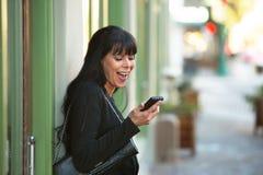Mulher que olha o telemóvel Imagem de Stock