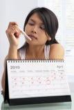 Mulher que olha o teste de gravidez Fotos de Stock Royalty Free
