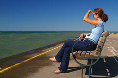 Mulher que olha para fora ao horizonte Imagem de Stock Royalty Free