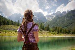 Mulher que olha para fora sobre um lago Fotografia de Stock Royalty Free