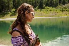 Mulher que olha para fora sobre um lago Fotos de Stock Royalty Free