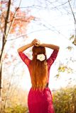 Mulher que olha para a frente - Autumn Lifestyle Fotografia de Stock Royalty Free