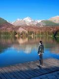 Mulher que olha Strbske Pleso, Tatras alto foto de stock royalty free