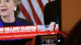 Mulher que olha a tevê após as eleições dos E.U. que escutam o discurso de Hillary Clinton video estoque
