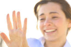 Mulher que olha um anel de noivado após a proposta Fotografia de Stock Royalty Free