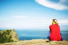 A mulher que olha uma paisagem bonita Imagem de Stock Royalty Free