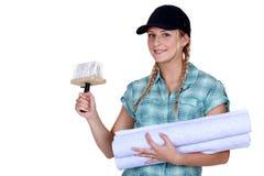 Mulher que põe acima do papel de parede Fotografia de Stock Royalty Free