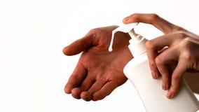 Mulher que põe o moisturiser sobre suas mãos video estoque
