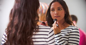 A mulher que põe sobre compõe no espelho do quarto vídeos de arquivo