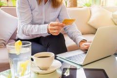 Mulher que paga em linha com cartão de crédito fotos de stock