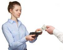 Mulher que paga o dinheiro de uma carteira Imagens de Stock