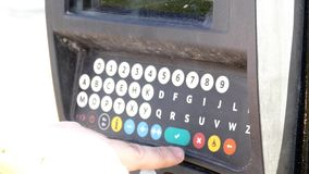 Mulher que paga pelo terminal de utilização de estacionamento vídeos de arquivo