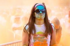 A mulher que participa na cor corre em Praga