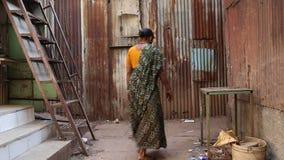 Mulher que passa através de um pátio vazio em Mumbai filme