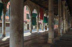 Mulher que passa através dos arcos em Veneza Imagens de Stock