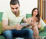 Mulher que pede o dinheiro do marido Fotografia de Stock Royalty Free