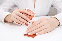 Mulher que peeping dentro sob o cartão de jogo Foto de Stock Royalty Free