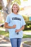 Mulher que pegara a maca na rua suburbana Imagem de Stock Royalty Free