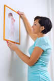 Mulher que pendura acima da foto da menina Imagens de Stock