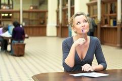 Mulher que pensa na mesa Imagem de Stock Royalty Free