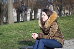 Mulher que pensa sobre algo, olhando comprimido Imagem de Stock Royalty Free