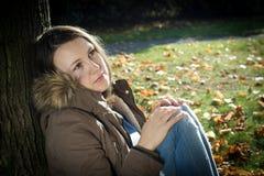 A mulher que pensa sobre algo, sente apenas (a imagem tonificada cor) Foto de Stock