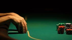 Mulher que pensa sobre a estratégia no pôquer e a aposta tudo, blefando, close up video estoque