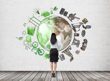 Mulher que pensa sobre o ambiente, a produção de petróleo e i ecoenergy Fotografia de Stock