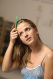 Mulher que penteia o cabelo imagens de stock