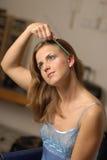 Mulher que penteia o cabelo imagens de stock royalty free