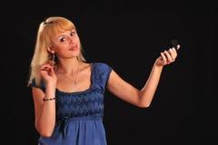 Mulher que penteia seu cabelo Fotografia de Stock