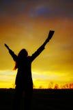 Mulher que permanece com mãos levantadas Fotografia de Stock
