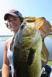 Mulher que pesca o baixo Largemouth atrativo Fotos de Stock Royalty Free