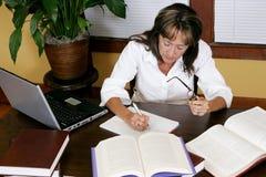Mulher que pesquisa e que trabalha Imagens de Stock Royalty Free