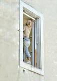 Mulher que pinta a casa Imagens de Stock