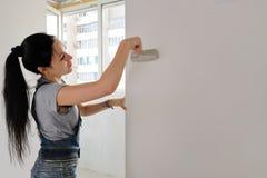Mulher que pinta um apartamento Fotos de Stock Royalty Free