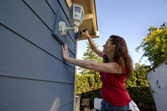Mulher que pinta uma casa - horizontal fotografia de stock royalty free