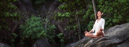 Mulher que pratica Lotus Pose Enjoying Nature fotos de stock royalty free