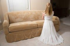 Mulher que praying em casa imagens de stock