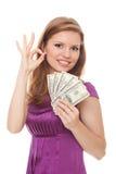 Mulher que prende 500 dólares e que mostra a APROVAÇÃO do sinal Fotos de Stock