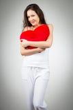 Mulher que prende descanso heart-shaped foto de stock
